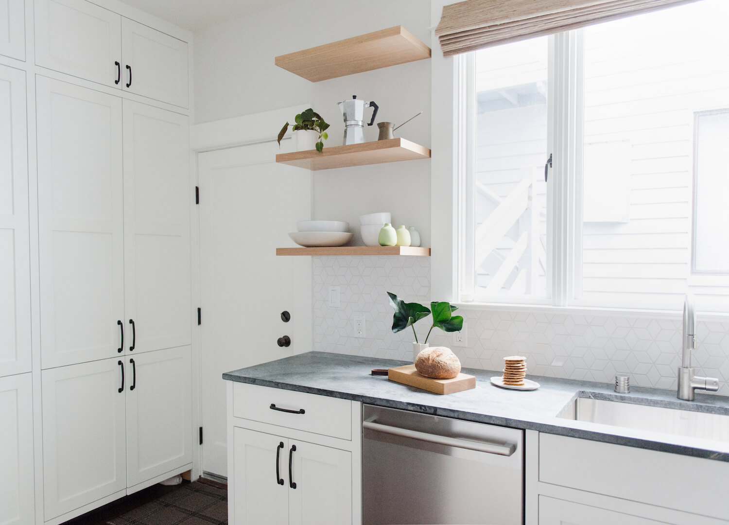 The Splashback Tiles For The White Kitchen: Why Are They Necessary